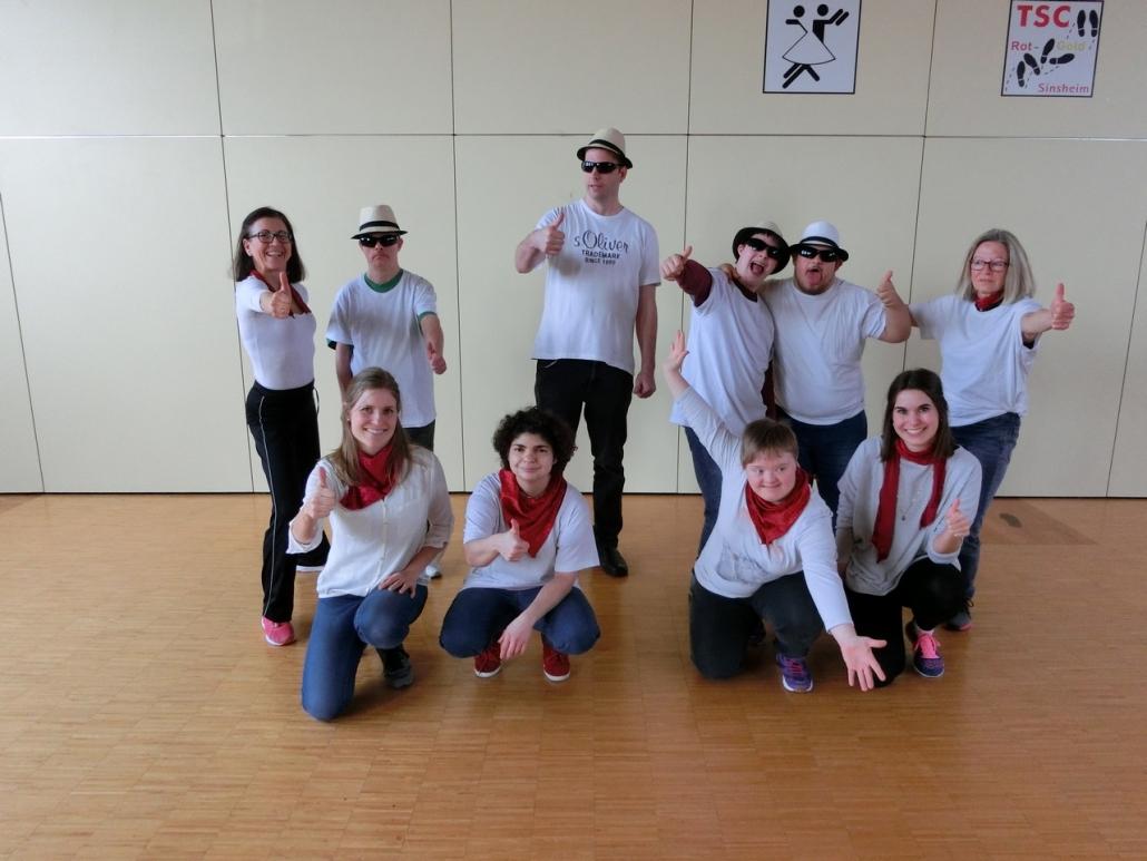 Die Tanzgruppe von der Lebenshilfe mit Trainerin und Assistenten im Tanzsportclub Rot-Gold Sinsheim