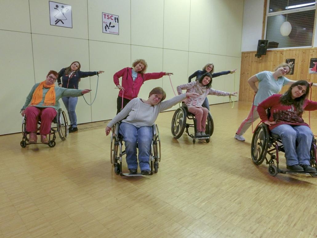 """Die Tanzgruppe """"Rhythm on wheels"""" beim krativen Tanz mit bunten Bändern"""